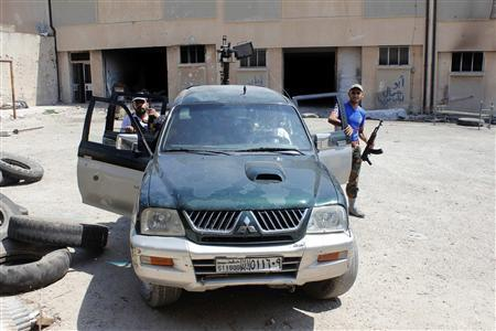 Free Syrian Army fighters get out of a vehicle beside the Canadian Hospital in Aleppo, August 31, 2013. REUTERS/Molhem Barakat