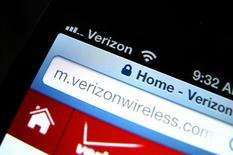 Verizon Communications et Vodafone Group se préparent à annoncer ce lundi un accord à 130 milliards de dollars (98 milliards d'euros) assurant à l'opérateur américain le contrôle total de sa filiale mobile Verizon Wireless. Le montant évoqué ferait de ce rachat la troisième opération de fusion-acquisition de tous les temps après l'OPA de 203 milliards de dollars de Vodafone sur Mannesmann en 1999 et celle de 181 milliards de Time Warner sur AOL l'année suivante. /Photo prise le 6 juin 2013/REUTERS/Mike Blake