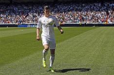 Jogador Gareth Bales controla bola durante apresentação como integrante do Real Madrid no estádio Santiago Bernabéu, em Madrid, 2 de setembro de 2013. Milhares de torcedores do Real Madrid compareceram nesta segunda-feira ao estádio Santiago Bernabéu para recepcionar o recém-contratado Gareth Bale, o jogador mais caro do mundo, segundo seu ex-clube Tottenham Hotspur. 02/09/2013 REUTERS/Paul Hanna