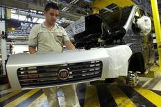 Operário trabalha na planta da Fiat em Atessa, na região central da Itália. A Fiat avançou para encerrar uma longa disputa com a maior central sindical da Itália e cobrou regras trabalhistas mais claras para continuar produzindo veículos no país. 9/07/2013. REUTERS/Remo Casilli