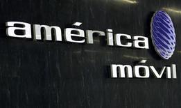 El logo de América Móvil en la recepción de la firma en Ciudad de México, feb 8 2011. El grupo mexicano de telecomunicaciones América Móvil colocó bonos híbridos en tres tramos por 2.000 millones de euros, con vencimiento en 2073. REUTERS/Henry Romero