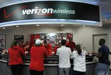 Verizon Communications a annoncé lundi un accord en vue du rachat de la participation de 45% de Vodafone Group dans leur filiale commune Verizon Wireless pour 130 milliards de dollars. L'opération représente la troisième plus importante acquisition jamais effectuée par une entreprise. /Photo d'archives/REUTERS/Joe Skipper