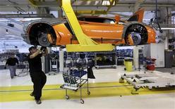 Un empleado de la firma Lamborghini trabajando en la línea de producción del modelo Aventador en Sant'agata Bolognese, Italia, nov 15 2011. Los registros de ventas de vehículos en Francia, Italia y España cayeron fuertemente el mes pasado, lo que afectó las perspectivas de una estabilización en la demanda, dañada por la desaceleración económica. REUTERS/Giorgio Benvenuti