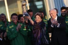 A presidente Dilma Rousseff ergue taça da Copa das Confederações ao receber a seleção brasileira em Brasília nesta segunda-feira. REUTERS/Ueslei Marcelino