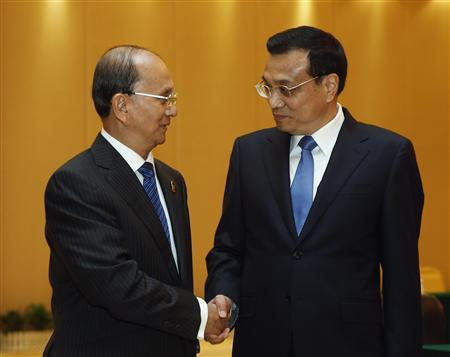 Chinese Premier Li Keqiang (R) shakes hands with Myanmar