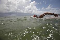 Пловчиха Дайана Найад тренируется в Кей-Весте, Флорида, 24 сентября 2010 года. Американская пловчиха Дайана Найад в понедельник в возрасте 64 лет пересекла Флоридский залив и стала первым человеком, кто сделал это без специальной клетки для защиты от акул. REUTERS/Carlos Barria