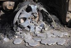 """Расплавившийся диск машины, сгоревшей во время лесных пожаров под Лос-Анджелесом 15 ноября 2008 года. Лондонцы часто говорят, что несколько новых небоскребов испортили лондонский пейзаж. Теперь один из них обвинен в том, что он """"расплавил"""" автомобиль. REUTERS/Phil McCarten"""