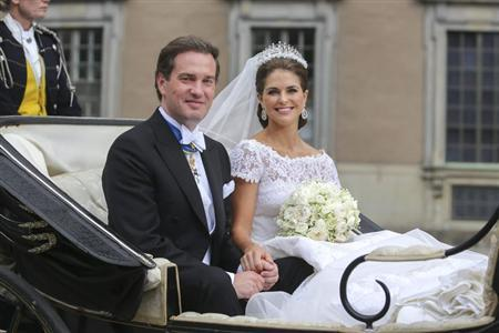 Newly-weds Princess Madeleine of Sweden and Christopher O'Neill leave in a carriage after their wedding ceremony at the royal chapel in Stockholm June 8, 2013. REUTERS/Soren Andersson/Scanpix