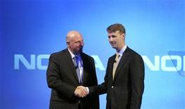 Le patron de Microsoft Steve Ballmer, sur le départ, et le président du conseil d'administration de Nokia, Risto Siilasmaa. Microsoft a annoncé qu'il allait acquérir pour 5,4 milliards d'euros l'activité de téléphonie mobile de Nokia, dont le directeur général Stephen Elop rejoindra le groupe américain une fois l'opération bouclée. /Photo prise le 3 septembre 2013/REUTERS/Dado Ruvic