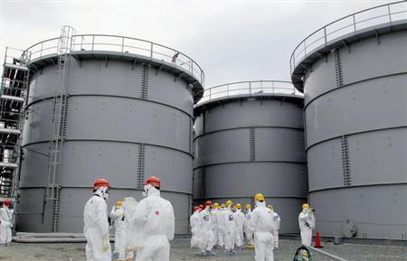 9月3日、東京電力の汚染水対策で政府が国費投入を決め、東電の経営にのし掛かる重圧を緩和させる効果を与えそうだ。写真は福島第1原発の汚染水貯蔵タンク。3月提供写真(2013年 ロイター/Kyodo)