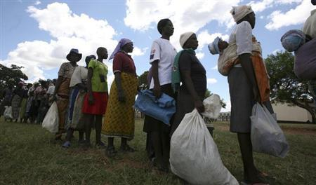Zimbabwean villagers collect their monthly rations of food aid from Rutaura Primary School in the Rushinga district of Mt Darwin about 254km north of Harare March 7, 2013. REUTERS/Philimon Bulawayo