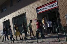 Devant une agence pour l'emploi à Madrid. Le nombre de chômeurs en Espagne a enregistré en août un sixième mois de baisse consécutif qui conforte aux yeux du gouvernement l'espoir d'une embellie économique. Mais c'est la première fois depuis 2000 que le nombre de chômeurs baisse en août, un mois traditionnellement marqué par la fin des activités touristiques estivales qui pèse sur les emplois saisonniers. /Photo prise le 3 septembre 2013/REUTERS/Susana Vera