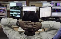 Работник брокерской конторы в Мумбаи 8 августа 2011 года. Активы развивающихся рынков во вторник слегка поднялись в цене после публикации статистики, подтвердившей экономическое восстановление практически во всех частях мира, но акции и валюты Индии, Индонезии и Турции потеряли равновесие. REUTERS/Stringer