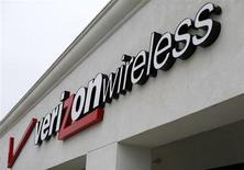 Le titre Verizon pourrait réagir à la baisse à l'ouverture de Wall Street. Le groupe a annoncé lundi racheter le 45% de Vodafone dans leur filiale commune Verizon Wireless, premier opérateur de téléphonie mobile aux Etats-Unis, pour 130 milliards de dollars. /Photo d'archives/REUTERS/Mike Blake