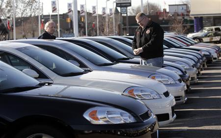 Car salesman Ray Schaffer (L) shows a customer a 2009 Chevrolet Impala sedan at a dealership in Dearborn, Michigan December 29, 2008. REUTERS/Rebecca Cook