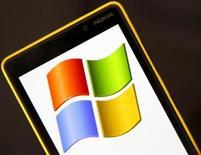 Smartphone Nokia Lumia 820 com logo da Microsoft na tela é visto nesta foto ilustrativa. Dois anos depois de atrelar seu futuro ao sistema operacional Windows Phone, a Nokia caiu nos braços da Microsoft, aceitando a venda de suas operações com celulares para a gigante norte-americana por 5,44 bilhões de euros (7,2 bilhões de dólares), num negócio que fez suas ações dispararem mais de 40 por cento nesta terça-feira. 3/08/2013. REUTERS/Dado Ruvic