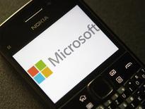 El logo de Microsoft en un teléfono de Nokia en Viena, sep 3 2013. Dos años después de atar su destino al software Windows Phone de Microsoft Corp, Nokia colapsó en manos del gigante tecnológico estadounidense el martes al acordar la venta de su negocio de dispositivos móviles por 5.440 millones de euros (7.200 millones de dólares). REUTERS/Heinz-Peter Bader