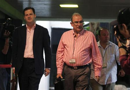 Colombia's lead government negotiator Humberto de la Calle (C) walks next to security advisor Sergio Jaramillo (L) as they arrive for talks in Havana February 1, 2013. REUTERS/Enrique De La Osa