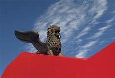 El León de Oro, símbolo del Festival de Cine de Venecia, frente al Palacio del Cine en Venecia, ago 30 2010. El Festival de Cine de Venecia tiene reputación por sus lujos y por poner énfasis en el arte sobre el comercio, de modo que el jefe de marketing del evento, Pascal Diot, tiene mucho trabajo por delante para probar que las exhibiciones también generan negocios. REUTERS/Alessandro Bianchi