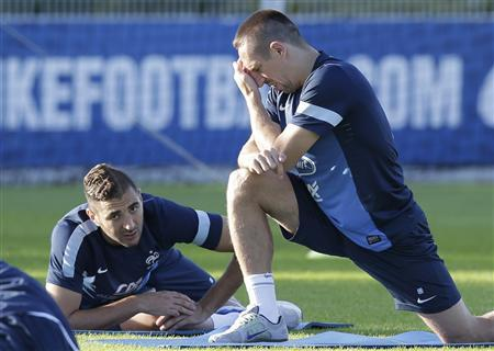 France's national soccer team players Karim Benzema (L) and Franck Ribery (L) stretch during a training session in Clairefontaine, near Paris, September 2, 2013. REUTERS/Jacky Naegelen