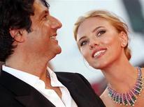 """A atriz Scarlett Johansson e o diretor Jonathan Glazer posam no carpete vermelho do filme """"Under the Skin"""" durante o Festival de Veneza. REUTERS/Alessandro Bianchi"""