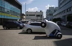 Electrique, autonome et pliable sur un clic de smartphone: Armadillo-T, une voiture expérimentale conçue en Corée du Sud sera peut-être la solution aux problèmes de stationnement dans les grandes villes. Ce véhicule à deux sièges peut se garer sur 1,65 mètre en s'enroulant par le haut sur sa partie avant, réduisant ainsi de près de moitié sa longueur. /Photo prise le 2 septembre 2013/REUTERS/Kim Hong-Ji