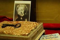 Личные вещи Агаты Кристи на выставке в Стамбуле 27 января 2006 года. Британская писательница Софи Ханна возродит знаменитого детектива Эркюля Пуаро Агаты Кристи в своем новом романе, выход которого запланирован на следующий год. REUTERS/Stringer