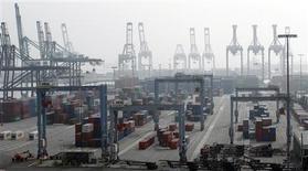 Un grupo de contenedores en el terminal portuario ITS en Long Beach, EEUU, dic 4 2012. El déficit comercial de Estados Unidos aumentó levemente más de lo esperado en julio debido a una caída de las exportaciones, pero un repunte en las importaciones apuntó a cierta firmeza en la demanda subyacente a comienzos del tercer trimestre. REUTERS/Mario Anzuoni