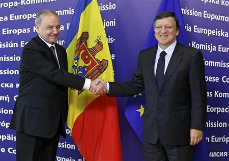 European Commission President Jose Manuel Barroso (R) shakes hands with Moldova's President Nicolae Timofti ahead of a meeting at the EU Commission headquarters in Brussels April 27, 2012. REUTERS/Yves Herman
