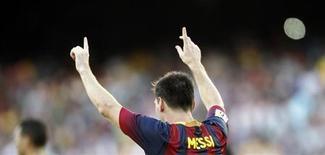 Lionel Messi, do Barcelona, comemora um gol contra o Levante durante partida no estádio de Camp Nou em Barcelona, Espanha. Messi e seu pai Jorge pagaram 5 milhões de euros (6,6 milhões dólares) para as autoridades espanholas, depois de serem acusados em junho de supostos crimes de fraude fiscal, informou um comunicado do tribunal nesta quarta-feira. 18/08/2013 REUTERS/Albert Gea