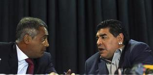Diego Maradona (D) e Romário conversam durante entrevista em São Paulo nesta quarta-feira, quando fizeram críticas à Conmebol. REUTERS/Paulo Whitaker