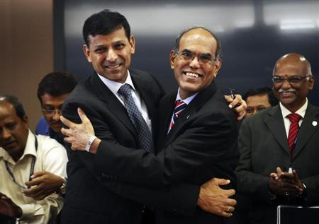 Raghuram Rajan (L), newly appointed governor of Reserve Bank of India (RBI), hugs the outgoing governor Duvvuri Subbarao during the taking over ceremony at the bank's headquarters in Mumbai September 4, 2013. REUTERS/Danish Siddiqui