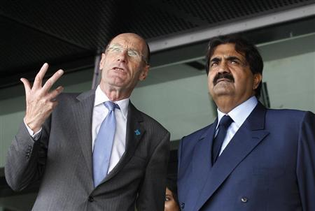 Chairman of the Olympic Delivery Authority John Armitt (L) speaks with Qatar's Emir Sheikh Hamad bin Khalifa al Thani at the Olympic Stadium during the Emir's state visit in east London October 27, 2010. REUTERS/Suzanne Plunkett