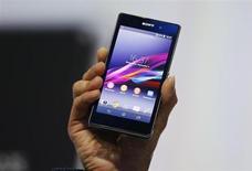 Глава Sony Corp Кацуо Хираи держит в руках Xperia Z1 на презентации смартфона в Берлине 4 сентября 2013 года. Sony Corp. представила в среду новый мобильный телефон Xperia Z1 в попытке войти в тройку лидеров мирового рынка смартфонов, на котором доминируют Samsung и Apple. REUTERS/Fabrizio Bensch