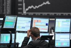 Трейдер на Франкфуртской фондовой бирже 7 мая 2012 года. Европейские акции поднялись до максимума полутора недель благодаря признакам роста мировой экономики. REUTERS/Alex Domanski