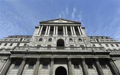 La Banque d'Angleterre a laissé jeudi, sans surprise, sa politique monétaire inchangée, maintenant le statu quo après deux mois marqués par les spéculations sur le calendrier de la remontée possible des taux. Son taux directeur reste fixé à 0,5%, son plus bas niveau historique. /Photo prise le 7 août 2013/REUTERS/Toby Melville