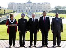"""Chefes de estado dos países que formam o grupo dos Brics posam para foto após reunião durante cúpula de G20 em Strelna, próximo a São Petersburgo. O grupo dos Brics de economias emergentes pediu ao G20 nesta quinta-feira que impulsione a demanda global e garanta que qualquer mudança na política monetária seja bem indicada para minimizar quaisquer """"contágios"""" problemáticos que possam vir como resultado. 5/09/2013. REUTERS/Sergei Karpukhin"""