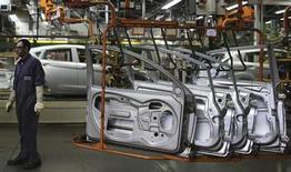 Operário trabalha na linha de montagem da planta da Ford em São Bernardo do Campo, São Paulo. A produção brasileira de veículos em agosto subiu 9 por cento sobre julho e avançou 2,3 por cento na comparação com o mesmo mês de 2012, para o maior nível já registrado para o mês, segundo dados da associação de montadoras, Anfavea, nesta quinta-feira. 13/08/2013. REUTERS/Nacho Doce