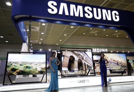 Models pose with Samsung Electronics' Ultra HD LCD televisions during World IT show 2013 at the Coex convention centre in Seoul May 22, 2013. REUTERS/Kim Hong-Ji
