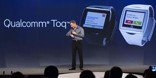 """El presidente ejecutivo de Qualcomm, Paul Jacobs, durante la presentación de su nuevo reloj inteligente """"Toq"""" en San Diego, EEUU, sep 4 2013. Samsung y Qualcomm dieron a conocer el miércoles sus respectivos """"relojes avanzados"""", explotando un mercado con una valoración estimada en 50.000 millones de dólares, a medida que el sector de teléfonos móviles presenta una creciente saturación. REUTERS/Fred Greaves"""