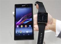 El teléfono Xperia Z1 de Sony y el teléfono SmartWatch 2 en el puesto de Sony en la Feria de Consumo Electrónico de Berlín, sep 5 2013. Sony Corp. presentó el miércoles un nuevo teléfono inteligente en su campaña por convertirse en el tercer mayor fabricante mundial de teléfonos móviles después de Samsung y Apple. REUTERS/Fabrizio Bensch
