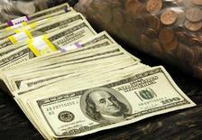 Billetes y monedas estadounidenses en una bóveda de un banco en Westminster, Colorado. 3 de noviembre, 2009. REUTERS/Rick Wilking (ESTADOS UNIDOS NEGOCIOS)