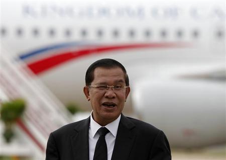 Cambodia's Prime Minister Hun Sen arrives at Phnom Penh international Airport, August 12, 2013. REUTERS/Samrang Pring