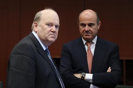 Ireland's Finance Minister Michael Noonan and Spain's Economy Minister Luis de Guindos (R) attend an euro zone finance ministers meeting in Brussels July 8, 2013. REUTERS/Francois Lenoir