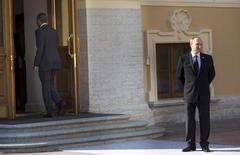 Президент США Барак Обама входит в Константиновский дворец в Санкт-Петербурге после обмена рукопожатием с российским лидером Владимиром Путиным в ходе саммита стран G20 5 сентября 2013 года. REUTERS/Pablo Martinez Monsivais/Pool