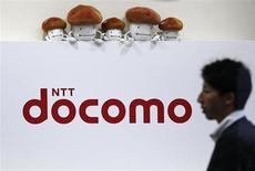 Le premier opérateur télécoms japonais NTT DoCoMo devrait commercialiser à l'automne l'iPhone d'Apple, objet de discussions depuis 2007 entre les deux groupes. /Photo d'archives/REUTERS/Issei Kato U