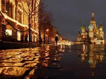 Мужчина идет по Красной площади у ГУМа на фоне Покровского собора в Москве 26 ноября 2007 года. Уикенд в Москве будет прохладным и ненастным, ожидают синоптики. REUTERS/Oksana Yushko