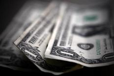 Долларовые купюры в Торонто 26 марта 2008 года. Курс доллара к корзине мировых валют близок к максимуму семи недель за счет сильной макроэкономической статистики США, почти убедившей инвесторов в том, что ФРС начнет сокращение стимулов. REUTERS/Mark Blinch