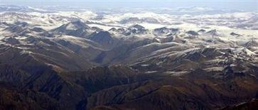 Гималайская гряда в Непале 9 ноября 2008 года. Непал планирует назвать две гималайских вершины в честь первых покорителей Эвереста - сэра Эдмунда Хиллари и Тенцинга Норгея с целью привлечь туристов в красивую, но бедную страну, сообщил местный чиновник. REUTERS/Desmond Boylan