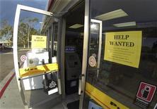 Un anuncio de empleo en una gasolinera en Encinitas, EEUU, sep 6 2013. El Gobierno de Estados Unidos publicó el viernes un informe de empleo que mostró contrataciones más débiles a lo esperado y una caída en la tasa de desempleo debido a que muchos estadounidenses dejaron de buscar trabajo. REUTERS/Mike Blake